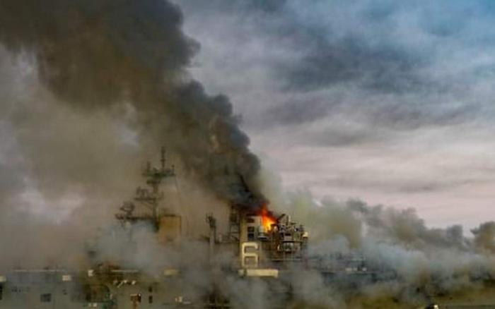 NÓNG: Tin mới nhất vụ cháy tàu đổ bộ tấn công USS Bonhomme Richard Mỹ -  Chuẩn đô đốc thông báo khẩn