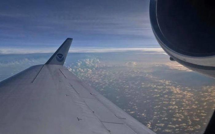Nín thở khoảnh khắc máy bay của không quân Mỹ lao vào giữa tâm bão Paulette