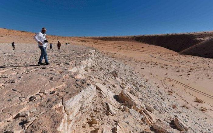 Hồ nước cạn khô lộ dấu chân của người niên đại 120.000 năm tuổi