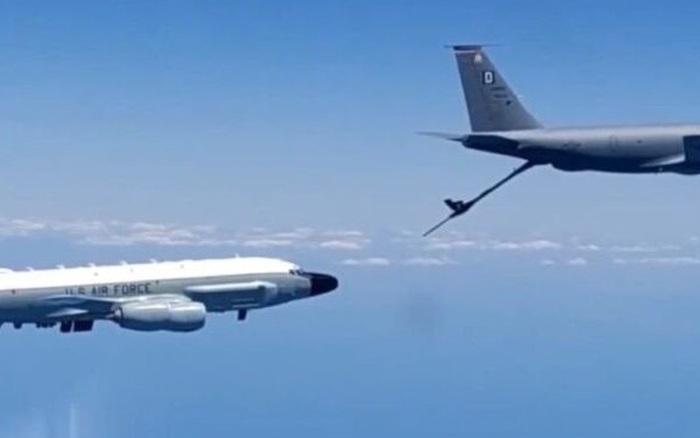 """Clip: Ngoạn mục màn khóa chặt, """"đuổi đẹp"""" 3 máy bay Mỹ của Su-30 Nga"""