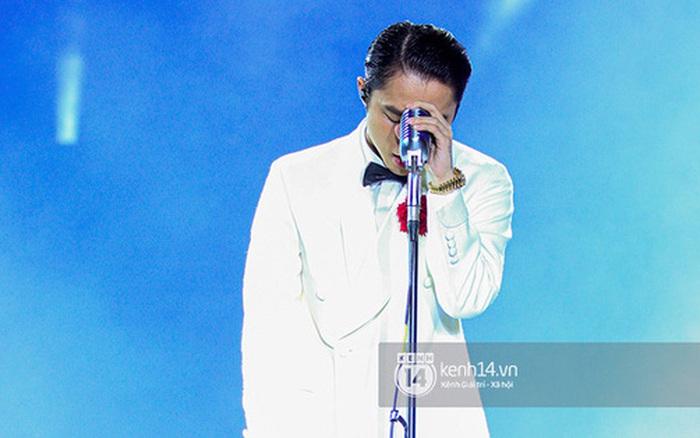 Bức ảnh Sơn Tùng M-TP cúi mặt, biểu cảm như sắp khóc đang được lan truyền chóng mặt!