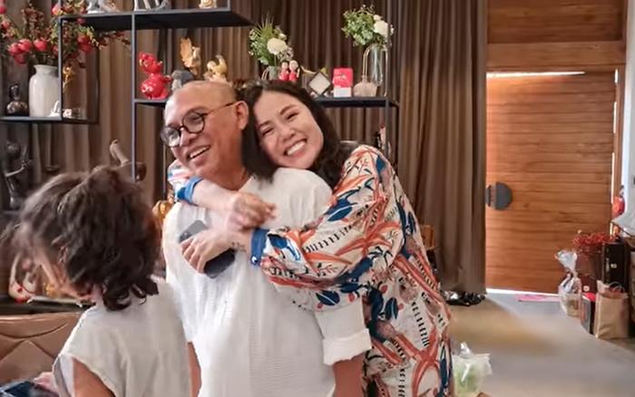 Trùm Điền Quân Color Man mất 100 triệu mua quà, tặng món thứ 2 vợ mới mãn nguyện