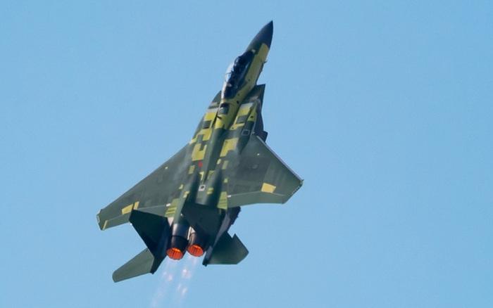 """""""Đại bàng thép"""" F-15EX leo dốc thẳng đứng trong lần đầu cất cánh"""