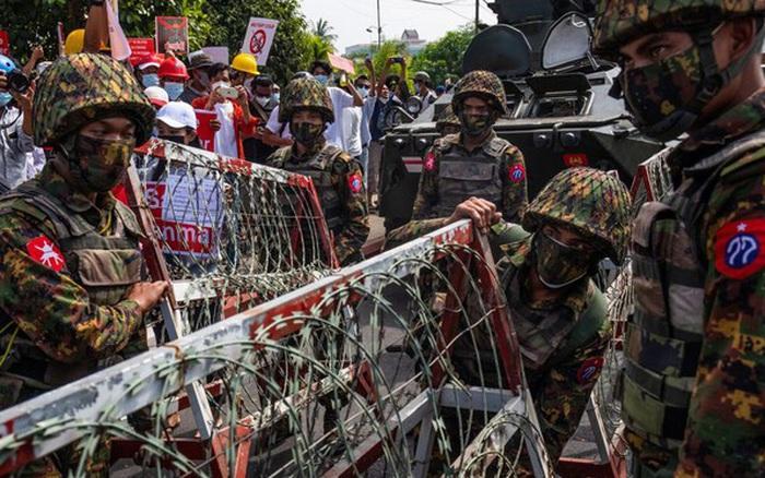 """""""Có thể thiệt mạng"""": Quân đội Myanmar ra cảnh báo rùng rợn với người biểu tình"""