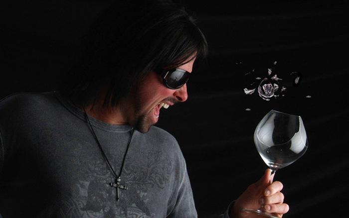 Phải hét to bao nhiêu thì bạn có thể làm vỡ 1 chiếc ly thủy tinh?