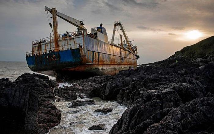 """""""Tàu ma"""" dạt vào bờ biển sau khi bị bỏ lại ở Bermuda: Loạt bí ẩn về nó khiến người nghe không khỏi """"lạnh sống lưng"""""""