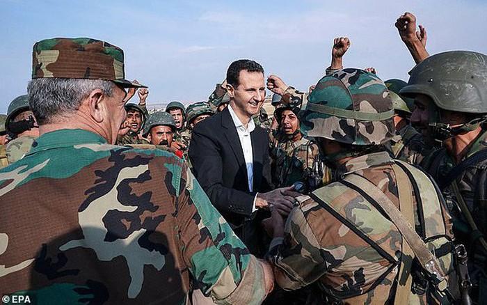 Chùm ảnh Tổng thống Assad bất ngờ xuất hiện đầy tự tin giữa vùng chiến sự khốc liệt Syria