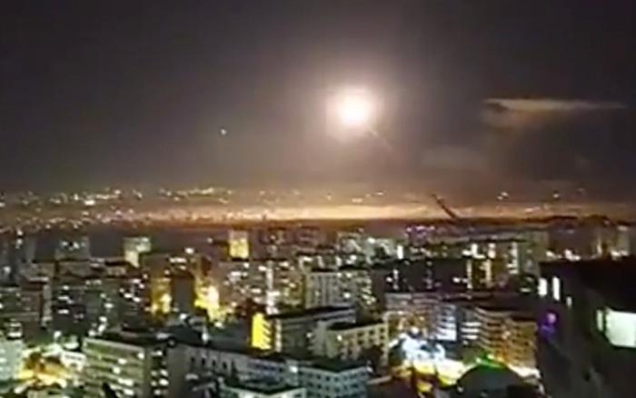 Tên lửa Syria vô dụng cắm đầu xuống đất, bất lực nhìn máy bay chiến đấu Israel oanh tạc