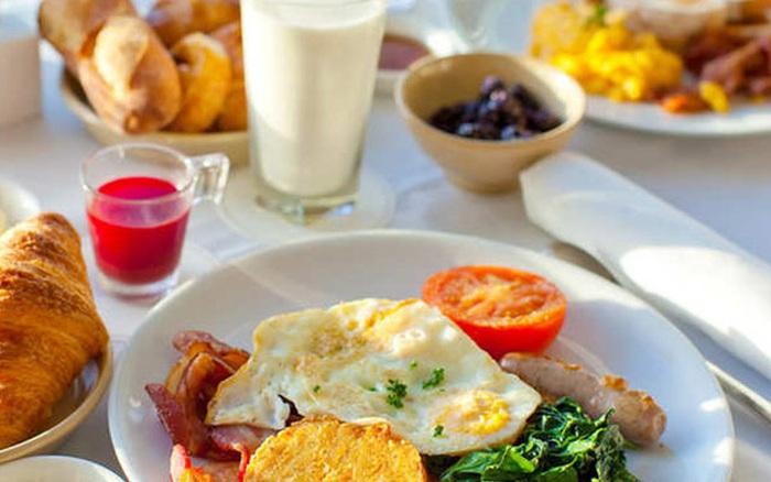 """Bác sĩ Nam khoa khuyến cáo: Cách ăn uống khiến quý ông ngày một """"yếu"""" đi"""