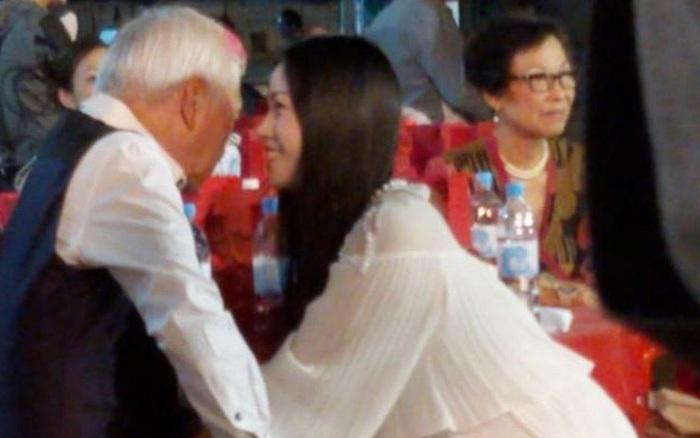 Nam diễn viên 'Ỷ Thiên Đồ Long Ký' bản TVB bị bắt gặp tình tứ cùng gái trẻ mới ngoài 20 tuổi