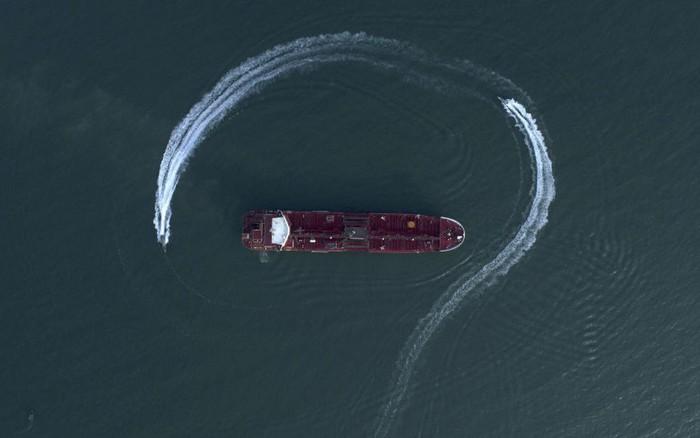 """""""Ông có chân giò, bà thò nậm rượu"""": Iran sẽ phóng thích siêu tàu dầu Anh?"""