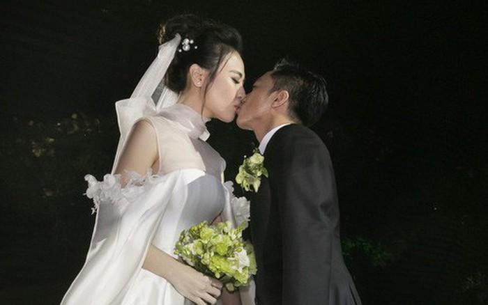 Ảnh đẹp: Đàm Thu Trang diện váy cưới kín đáo, hạnh phúc khoá môi Cường Đô La trong ngày trọng đại