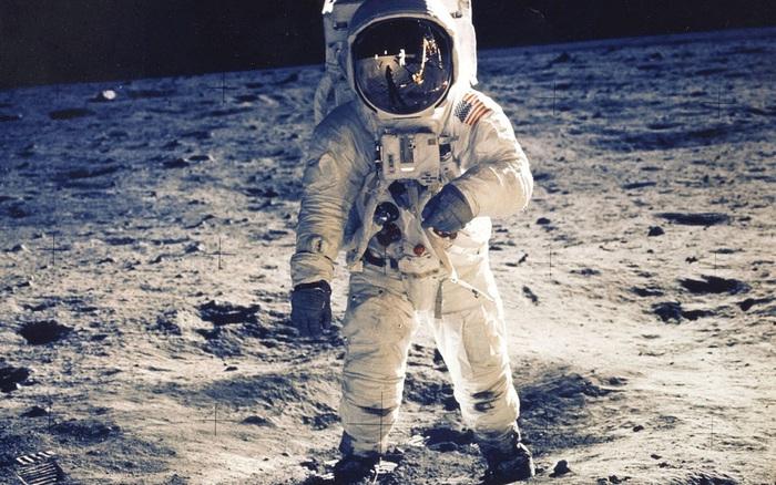 Di sản vĩ đại của Neil Armstrong trên Mặt Trăng: Khởi nguồn của bộ lịch hiếm người biết