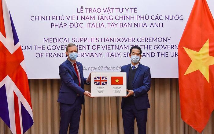 Dù còn khó khăn, Việt Nam đã hỗ trợ nhiều nước chống COVID-19