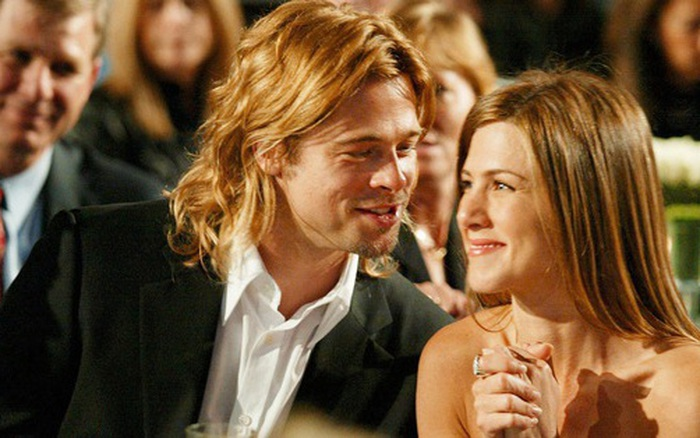 Xôn xao tin Brad Pitt cầu hôn vợ cũ Jennifer Aniston, hành động nắm tay công khai năm ngoái càng đáng nghi
